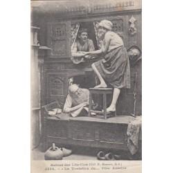 Carte postale - Autour des lits clos - La tentation du .... père Antoine