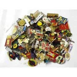 Lots de pin's divers et variés vendus au poids