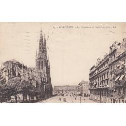 Carte postale - Bordeaux - La Cathédrale et l'hotel de ville